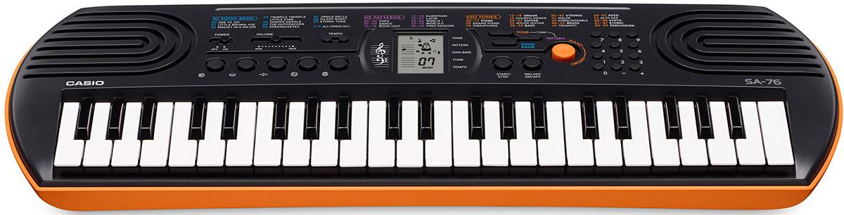 CASIO SA-76 casio sa-76 Casio Sa-76 КAСИО СA-76 КaСИО Сa-76 КaСИО Сa-76 - Мини  - синтезатор предназначенный для детей Casio SA76, оснащен 44 мини клавишами, 5 кнопками для ударных, 100 тембров, и 50 стилей, полифония 8 нот. Кнопка быстрого перехода к тембрам органа и рояля, нижняя часть синтезатора оранжевая.